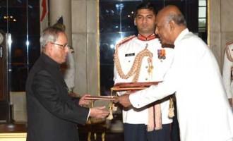 Prof. Sudharshan Seneviratne, High Commissioner-designate of Sri Lanka presenting his credentials to the President of India, Pranab Mukherjee