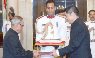 The Ambassador-designate of People's Republic of China, Le Yucheng presenting his credential to the President, Pranab Mukherjee,