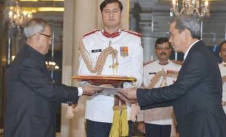 The Ambassador-designate of Vietnam, Ton Sinh Thanh presenting his credential to the President, Pranab Mukherjee, at Rashtrapati Bhavan, in New Delhi