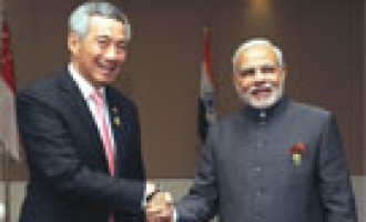 Prime Minister Narendra Modi meeting the Prime Minister of Singapore Lee Hsien Loong