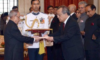 The Ambassador-designate of the Republic of the Marshall Islands, Thomas D. Kijiner presenting his credential to the President, Pranab Mukherjee