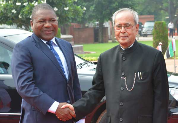 The President of India, Pranab Mukherjee, receives Filipe Jacinto Nyusi, the President of the Republic of Mozambique during his ceremonial reception at Rashtrapati Bhavan.