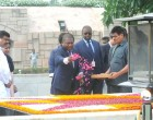 The President of the Republic of Mozambique, Filipe Jacinto Nyusi paying floral tributes at the Samadhi of Mahatma Gandhi, at Rajghat