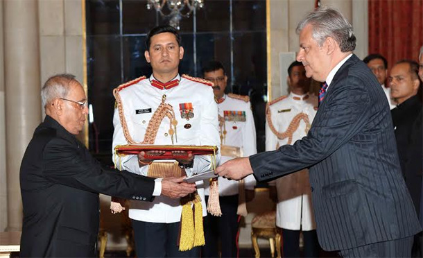 HE Mr. Jose Jesus Guillermo Betancourt Rivera, Ambassador-designate of Peru presenting his Credential to the President of India, Shri Pranab Mukherjee at Rashtrapati Bhavan