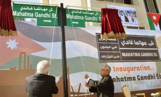 President, Pranab Mukherjee unveiling the plaque to inaugurate the Mahatma Gandhi Street, in Amman, Jordan.
