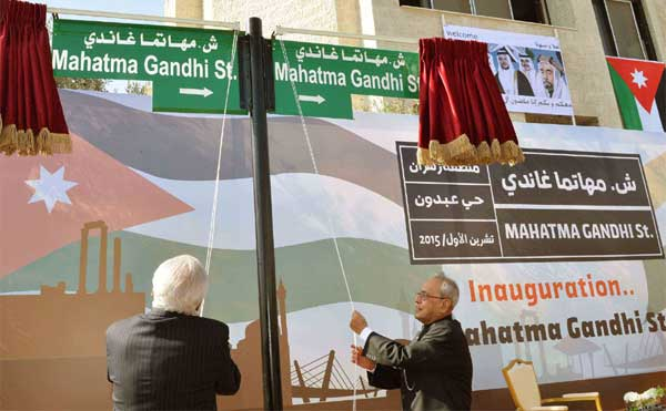 President, Pranab Mukherjee unveiling the plaque to inaugurate the Mahatma Gandhi Street, in Amman, Jordan.