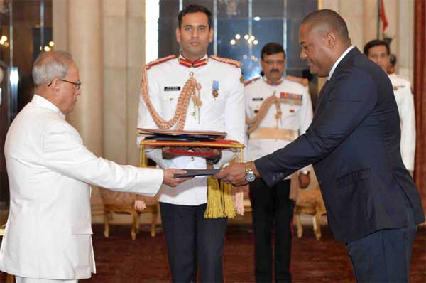The Ambassador-designate of the Republic of Panama, Dr. Gilberto Llerena Garcia presenting his credential to the President, Pranab Mukherjee, at Rashtrapati Bhavan, in New Delhi.