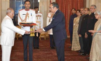 Ambassador-designate of the Democratic Socialist Republic of Sri Lanka, Esala Weerakoon presenting his credential to the President, Pranab Mukherjee