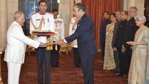 The Ambassador-designate of the Democratic Socialist Republic of Sri Lanka, Esala Weerakoon presenting his credential to the President, Pranab Mukherjee, at Rashtrapati Bhavan, in New Delhi.