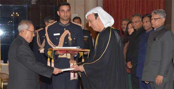 Dr. Ahmed AR Albanna, Ambassador-designate of United Arab Emirates, presenting his credentials to the President of India, Pranab Mukherjee at Rashtrapati Bhavan, in New Delhi.