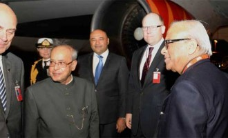 President, Pranab Mukherjee being received by the Minister of New Zealand for Ethnic Communities,