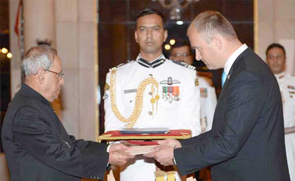 The Ambassador-designate of Estonia, Riho Kruuv presenting his credentials to the President, Pranab Mukherjee, at Rashtrapati Bhavan, in New Delhi.