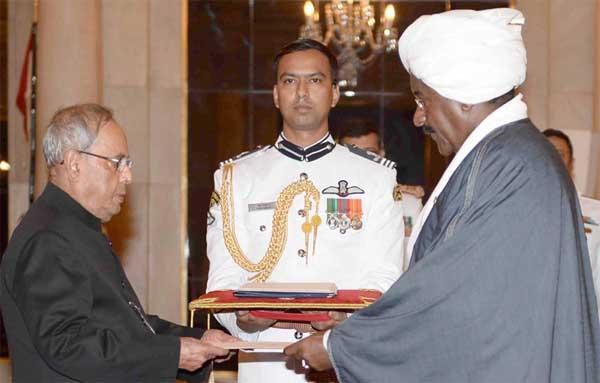 The Ambassador-designate of Sudan, Sirajuddin Hamid Yousif presenting his credentials to the President, Pranab Mukherjee, at Rashtrapati Bhavan, in New Delhi.