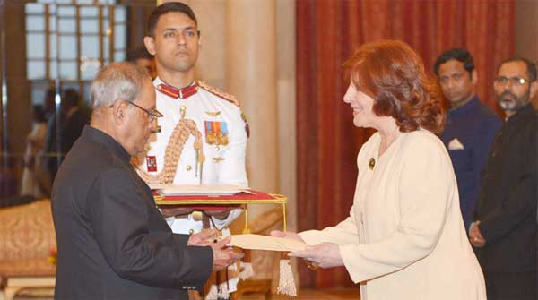 The Ambassador-designate of Argentina, Maria Cristina Ueltschi presenting her credentials to the President, Pranab Mukherjee, at Rashtrapati Bhavan, in New Delhi.