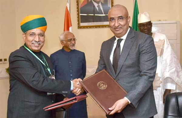 The Minister of State for Finance and Corporate Affairs, Arjun Ram Meghwal exchanging the Memorandum of Understanding on Standards with his Malian counterpart, following the delegation level talks between the Vice President, M. Hamid Ansari and the Prime Minister of Mali, Modibo Keita, at the Prime Minister's Office, in Bamako, Mali.