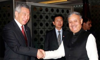 PM of Singapore, Lee Hsien Loong being received by the MoS for Planning (IC) and Urban Development, Housing and Urban Poverty Alleviation, Rao Inderjit Singh,