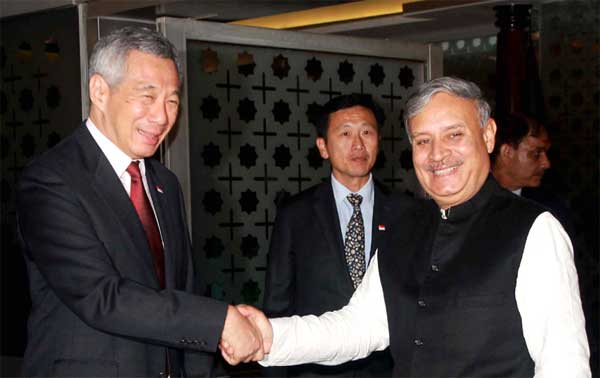 The Prime Minister of Singapore, Lee Hsien Loong being received by the Minister of State for Planning (Independent Charge) and Urban Development, Housing and Urban Poverty Alleviation, Rao Inderjit Singh, on his arrival, in New Delhi on October 03, 2016.