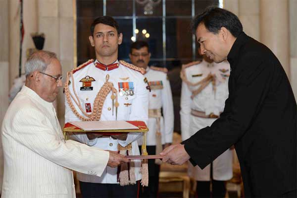 The Ambassador-Designate of China, Luo Zhaohui presenting his credentials to the President, Pranab Mukherjee, at Rashtrapati Bhavan, in New Delhi.