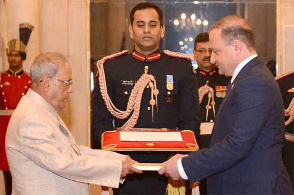 The Ambassador-designate of Georgia, Archil Dzuliashvili presenting his credentials to the President, Pranab Mukherjee, at Rashtrapati Bhavan, in New Delhi on November 30, 2016.