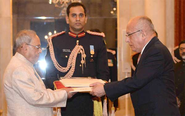 The Ambassador-designate of Peru, Jorge Juan Castaneda Mendez presenting his credentials to the President, Pranab Mukherjee, at Rashtrapati Bhavan, in New Delhi on November 30, 2016.
