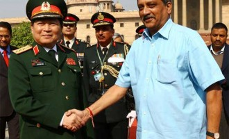 Minister for Defence, Manohar Parrikar receiving the Defence Minister of Vietnam, General Ngo Xuan Lich
