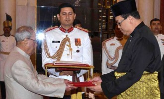 High Commissioner-Designate of Malaysia, Dato' Hidayat Abdul Hamid presenting his credentials to the President, Pranab Mukherjee