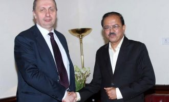 Minister of State for Defence Dr. Subhash Bhamre shaking hands with Minister of Industry of the Republic of Belarus Mr Vitaly Vovk, in New Delhi on Tuesday, 4 July 2017