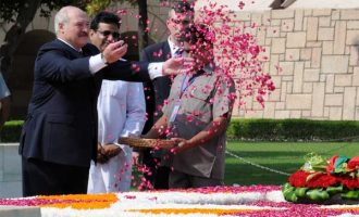 President of the Republic of Belarus, Alexander Lukashenko paying floral tributes at the Samadhi of Mahatma Gandhi, at Rajghat