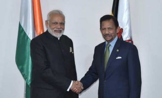 Prime Minister, Narendra Modi meeting the Sultan of Brunei, Hassanal Bolkiah, in Manila, Philippines