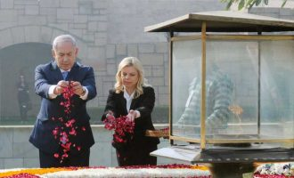 The Prime Minister of Israel, Mr. Benjamin Netanyahu paying floral tributes at the Samadhi of Mahatma Gandhi, at Rajghat,
