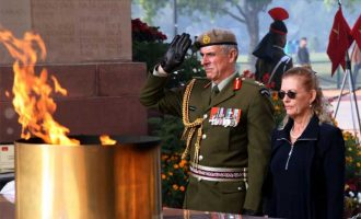 The Chief of Defence Forces of New Zealand Lt Gen Timothy Keating paying homage to martyrs at Amar Jawan Jyoti, India Gate