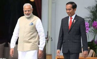 Modi accorded guard of honour in Indonesia