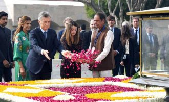 The President of the Argentine Republic, Mauricio Macri paying floral tributes at the Samadhi of Mahatma Gandhi